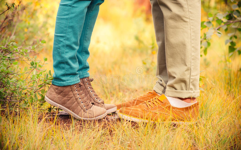 Le coppie equipaggiano ed i piedi della donna nell'amore fotografia stock