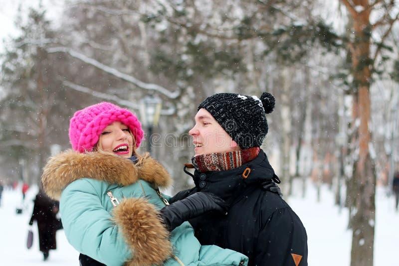 Le coppie equipaggiano portano un inverno della ragazza fotografia stock
