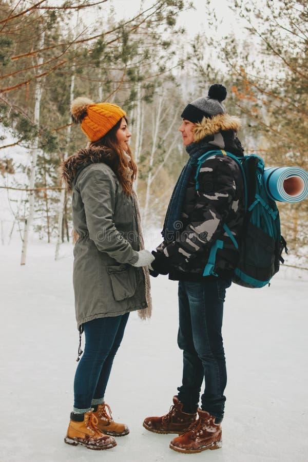 Le coppie felici nell'amore del giovane e della donna al parco naturale della foresta Storia di amore di avventura di viaggio immagine stock