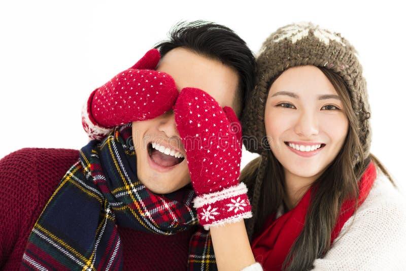Le coppie felici nell'inverno durano e la copertura osserva con sorpresa immagine stock