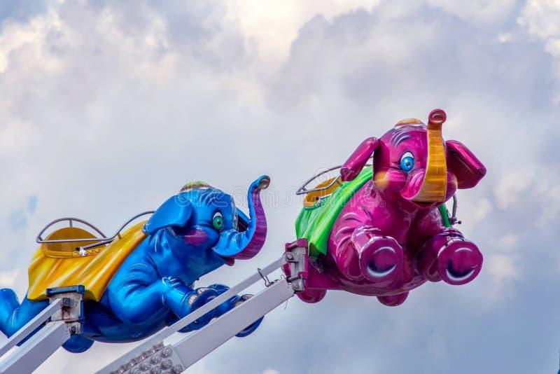 Le coppie gli elefanti sono un giro di emozione di divertimento per i bambini immagine stock