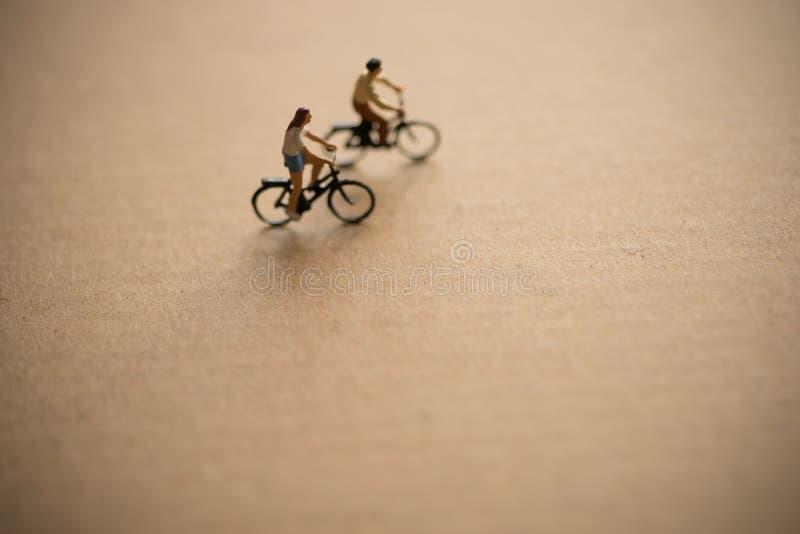 Le coppie godono di di guidare la bicicletta fotografia stock libera da diritti