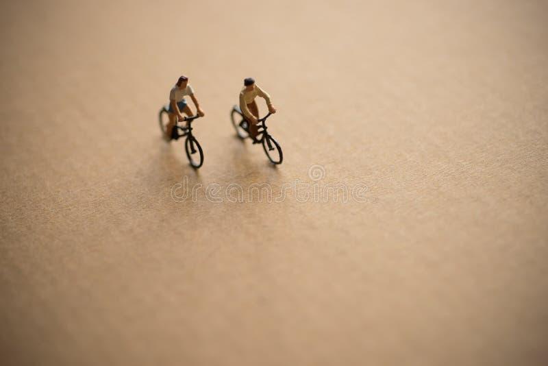 Le coppie godono di di guidare la bicicletta immagini stock