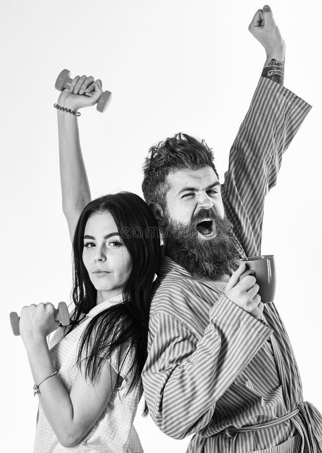 Le coppie nell'amore in pigiama, accappatoio stanno indietro per appoggiare Concetto di energia di mattina Ragazza con la testa d fotografia stock libera da diritti