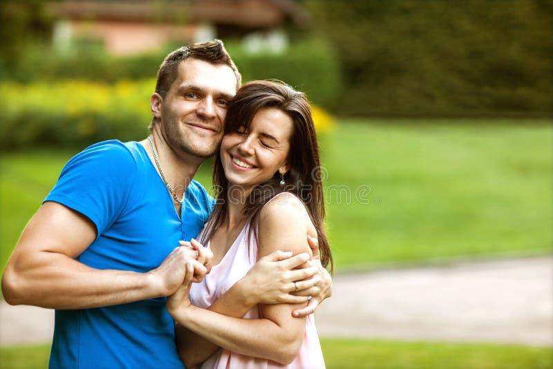 Le coppie nell'amore sono felici circa l'acquisto della casa nuova, concetto 'nucleo familiare' fotografia stock libera da diritti