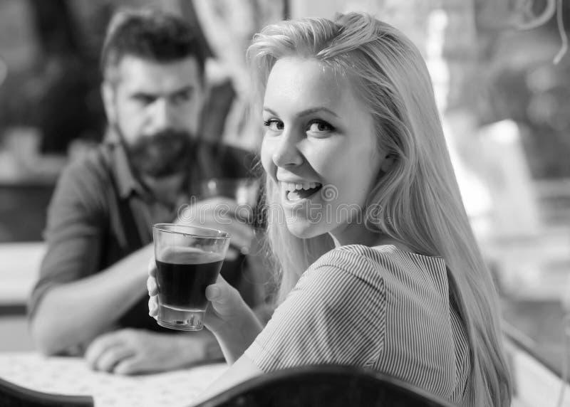 Le coppie passano il tempo che beve in caffè Concetto della bevanda e della data Donna con il fronte felice immagine stock libera da diritti