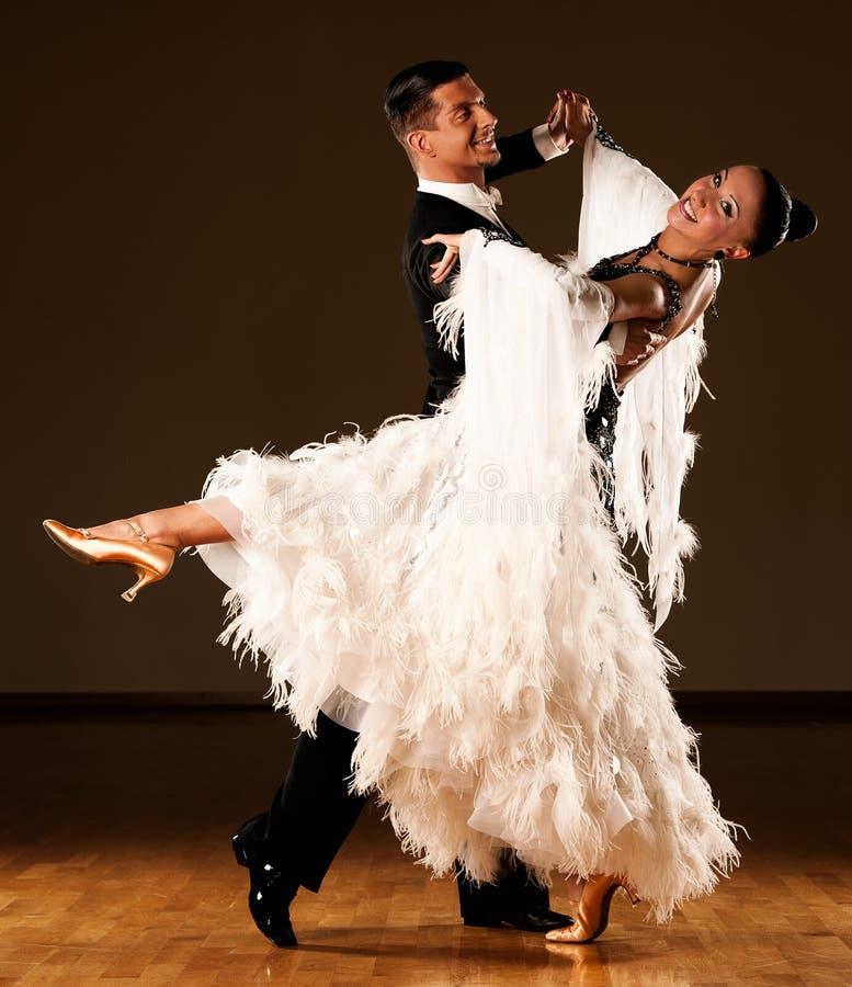 Le coppie professionali di ballo da sala preformano un exhi immagine stock libera da diritti