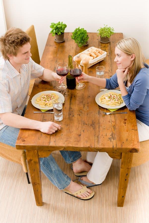 Le coppie romantiche del pranzo godono del vino mangiano la pasta fotografia stock libera da diritti