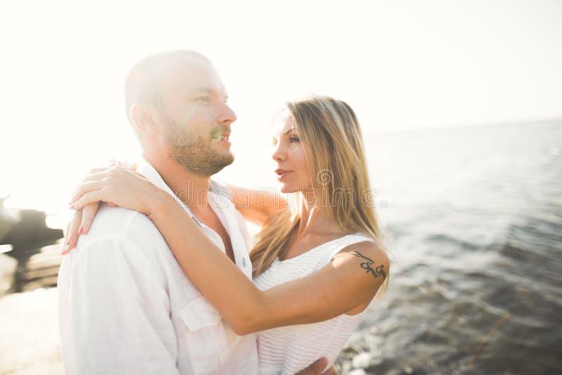 Le coppie romantiche felici di modo nell'amore si divertono sul bello mare al giorno di estate immagine stock libera da diritti