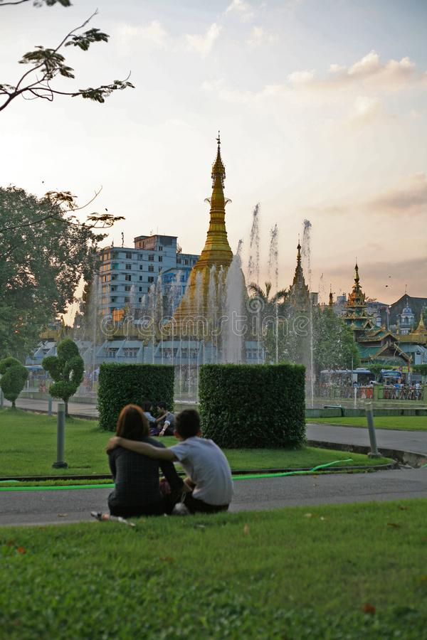 Le coppie si siedono guardando il tramonto in Rangoon fotografie stock