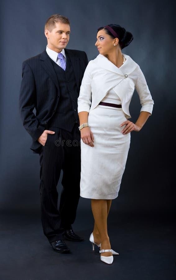 Le coppie si sono vestite per la sera immagini stock