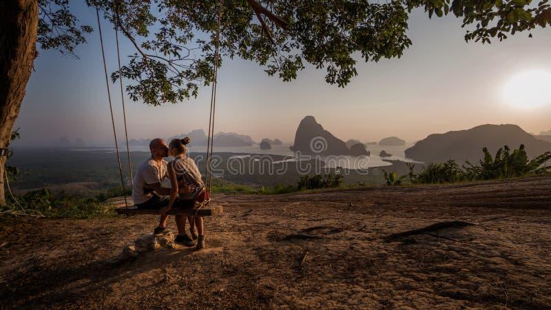 Le coppie sul banco sopra la bella montagna tropicale abbelliscono immagine stock