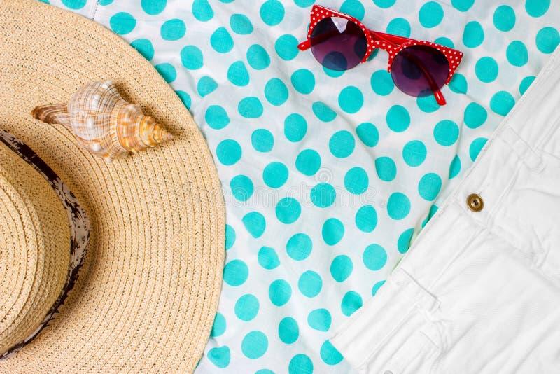 Le coquillage de vue supérieure en verre de Sun du chapeau de Straw Beach Woman court-circuite avec l'espace pour le texte photographie stock
