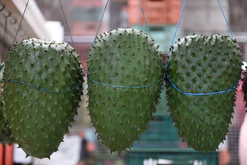 Le corossol hérisse frais, le guanabana muricata ou colombien d'annona dans des agriculteurs produisent le marché à Bogota photos stock