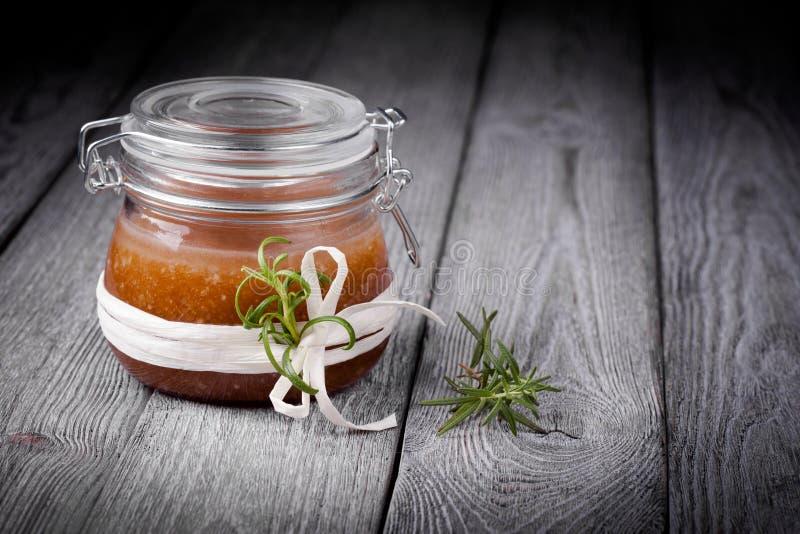 Le corps diy naturel de sucre et de sel de gingembre frottent photo stock