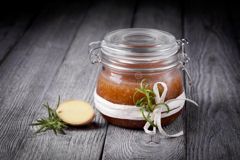 Le corps diy naturel de sucre et de sel de gingembre frottent photo libre de droits