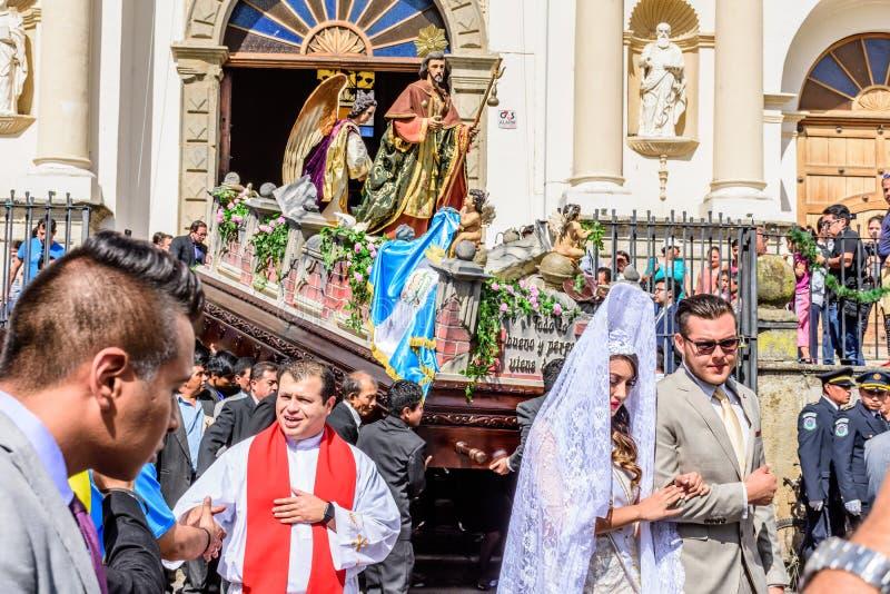 Le cortège quitte la cathédrale, jour du ` s de St Jame, Antigua, Guatemala images stock