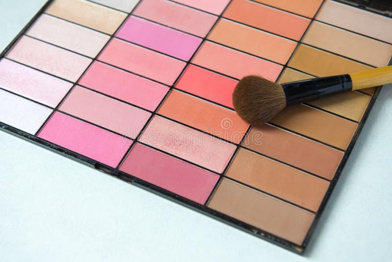Le cosmétique composent l'ensemble avec la brosse mise sur la table image stock