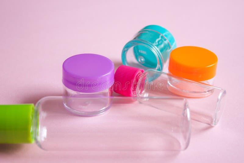 Le cosmétique de taille de voyage et écrème l'ensemble de conteneurs photos stock
