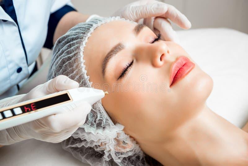 Le cosmetologist de docteur fait la procédure faciale rajeunissante d'injections pour serrer et lisser des rides sur image stock