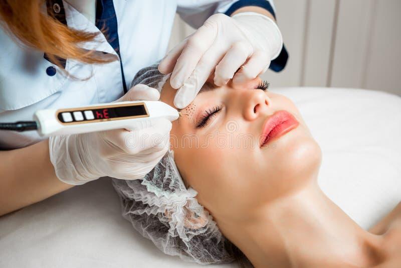 Le cosmetologist de docteur fait la procédure faciale rajeunissante d'injections pour serrer et lisser des rides sur photographie stock