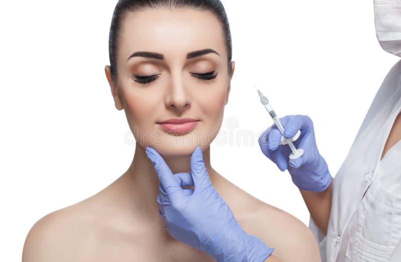 Le cosmetologist de docteur fait la procédure faciale rajeunissante d'injections pour serrer et lisser des rides sur la peau de v photos stock
