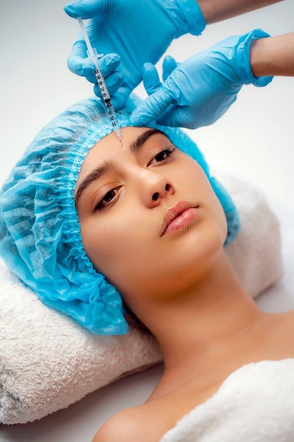 Le cosmetologist de docteur fait la procédure faciale rajeunissante d'injections pour serrer et lisser des rides sur photographie stock libre de droits