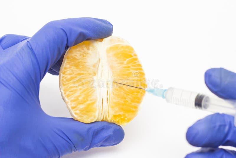 Le cosmetologist de docteur injecte orange dans le concept de la procédure labioplasty, réduisant ou augmentant la correction photos stock