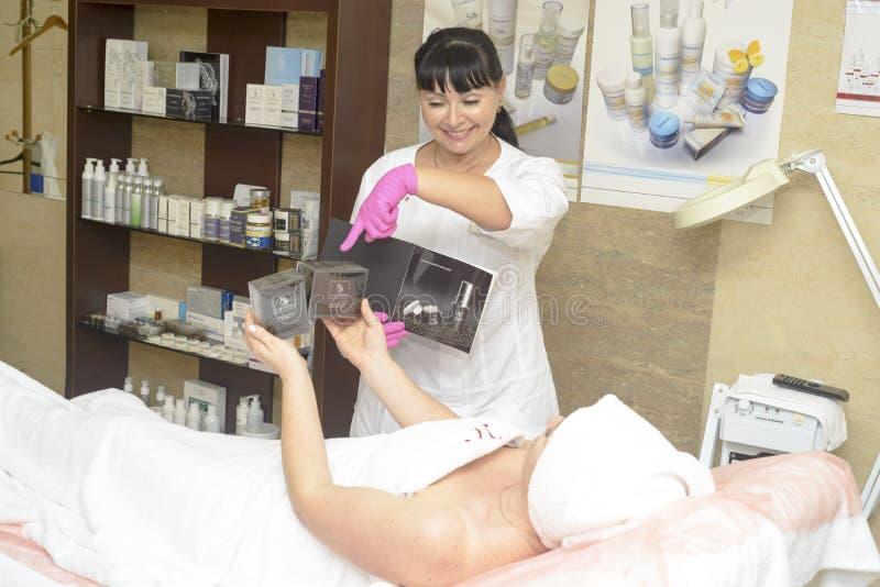 Le cosmetologist offre les cosmétiques de client, Ukraine, village de Polyana photo libre de droits