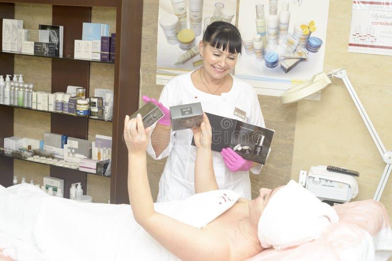Le cosmetologist offre les cosmétiques de client, Ukraine, village de Polyana photos libres de droits