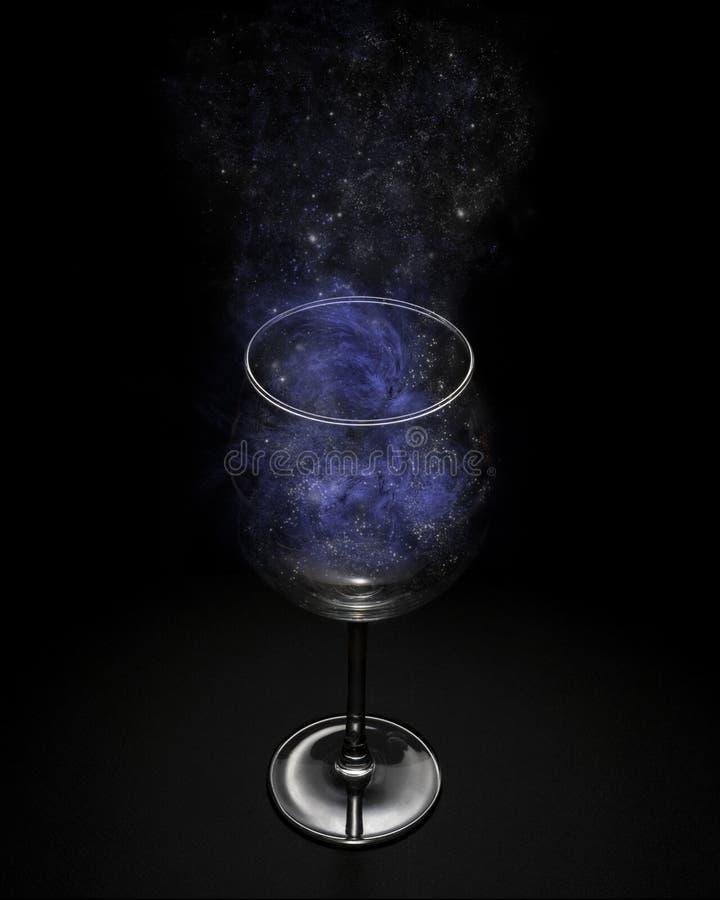 Le cosmo entier dans un verre de vin photos libres de droits