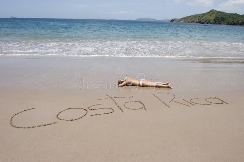 Le Costa Rica en sable avec la fille 2 de bikini image stock