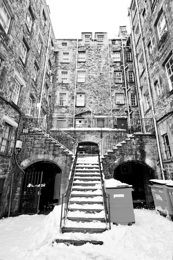 Le costruzioni degli inquilini con la grande scala, Edimburgo, Scozia hanno coperto di neve fotografia stock