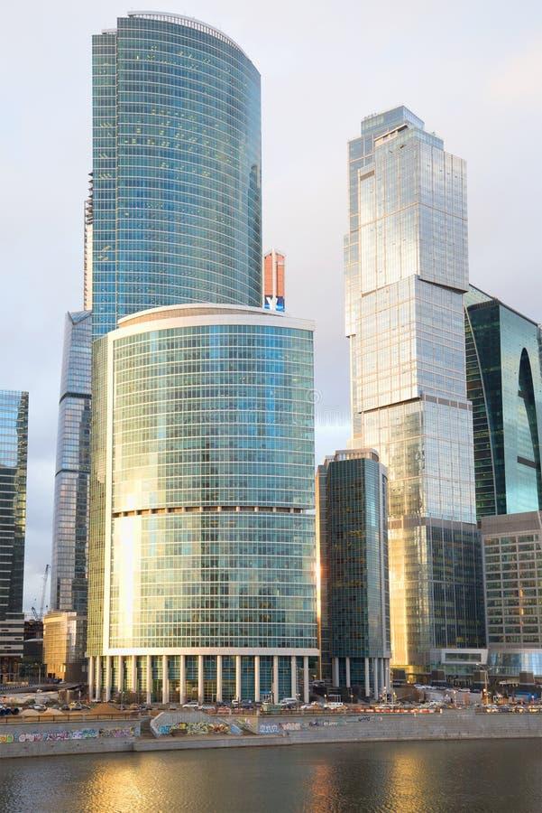Le costruzioni della Mosca-città complessa nei raggi del primo piano del tramonto fotografia stock