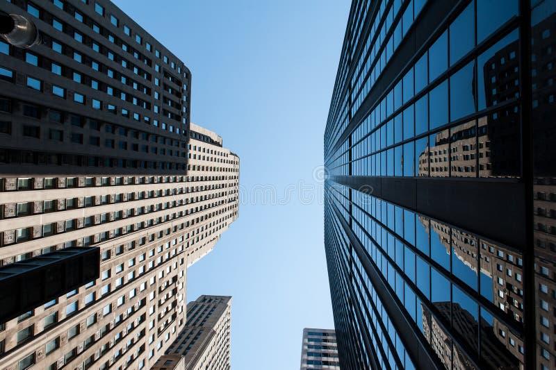 Le costruzioni di Chicago sotto il cielo blu fotografie stock libere da diritti
