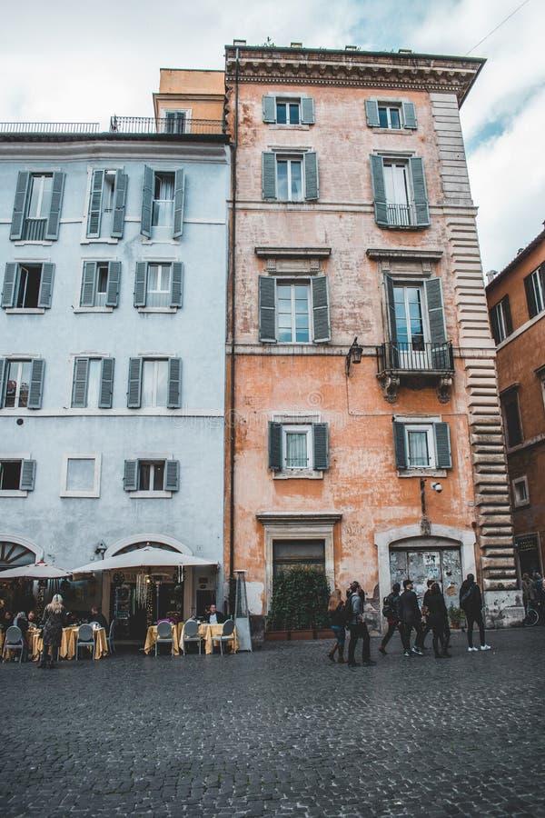 Le costruzioni iconiche di Roma hanno sparato durante lo studytrip fotografie stock libere da diritti