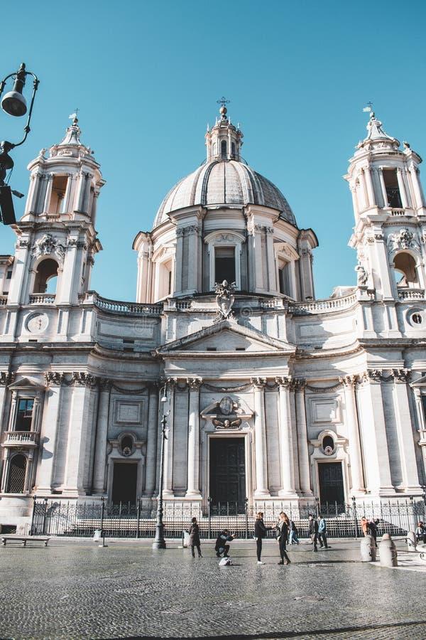 Le costruzioni iconiche di Roma hanno sparato durante lo studytrip immagine stock