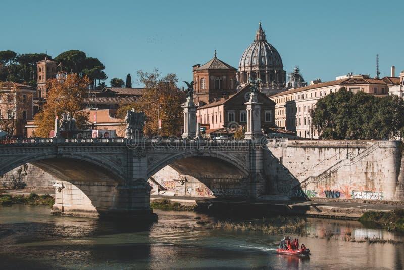 Le costruzioni iconiche di Roma hanno sparato durante lo studytrip immagini stock libere da diritti
