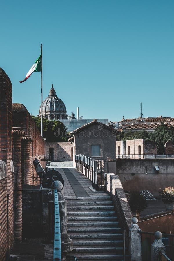 Le costruzioni iconiche di Roma hanno sparato durante lo studytrip immagine stock libera da diritti