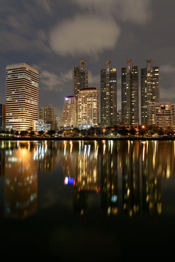 Le costruzioni moderne di Benchakitti parcheggiano con la riflessione delle luci nella n fotografie stock