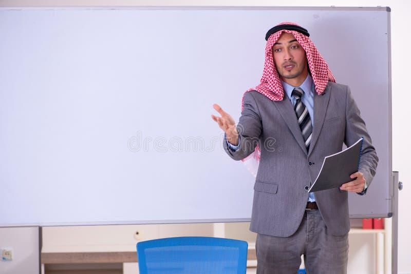 Le costume de port de jeune professeur arabe beau image stock