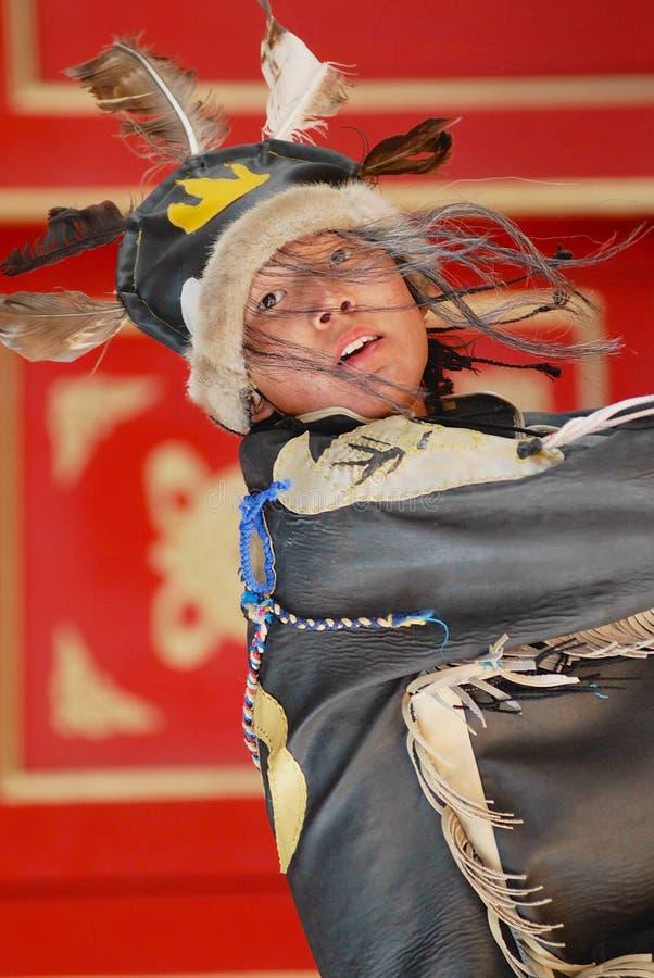Le costume du chaman de port de jeune homme exécute la cérémonie traditionnelle dans Ulaanbaatar, Mongolie photo stock