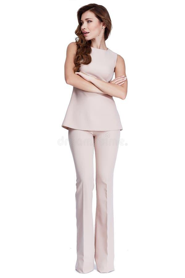 Le costume formel de belle de femme de modèle de mode couleur beige d'usage halète image stock