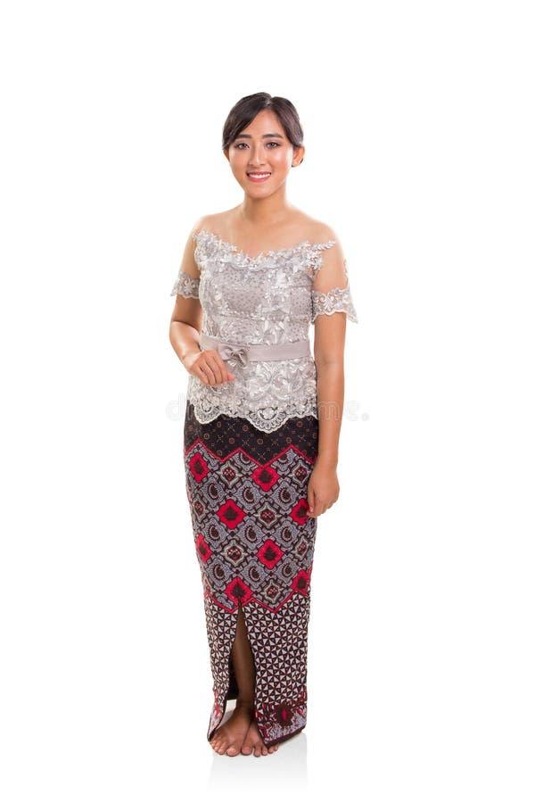 Le costume traditionnel de Java-Centrale a porté par le modèle femelle, intégral au-dessus du blanc images libres de droits