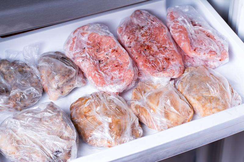Le cou congelé de porc coupe le steakin de viande le congélateur photos libres de droits