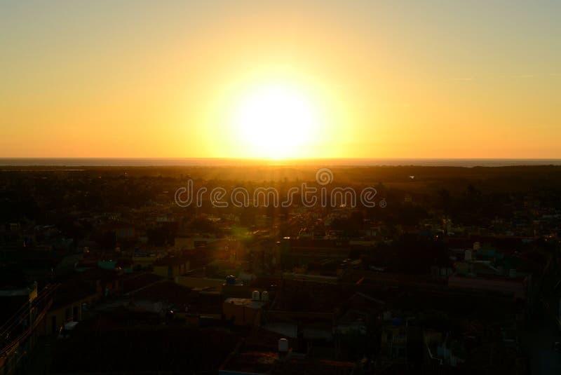 Le coucher de soleil illumine la ville Le Trinidad, Cuba images libres de droits