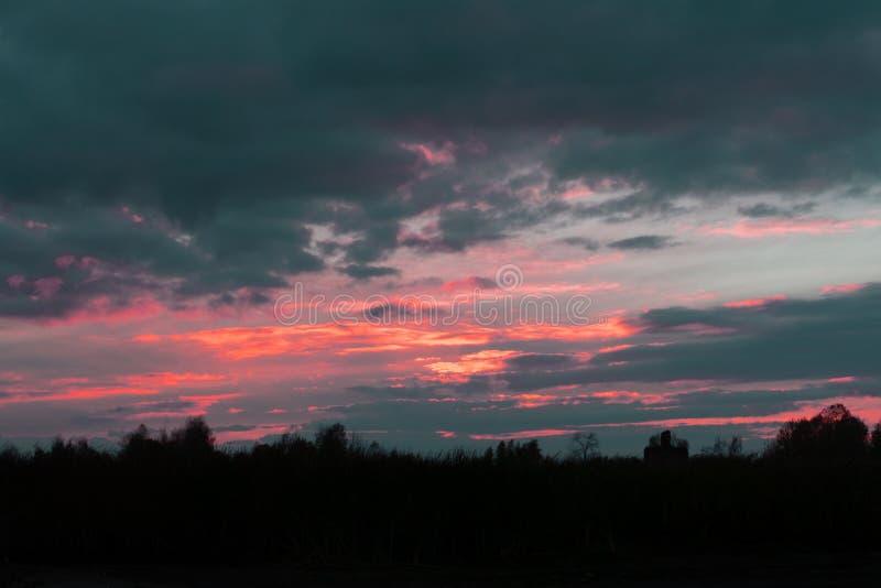 Le coucher de soleil silhouette des collines pendant qu'il se reflète sur les eaux de la rivière Ohio comme vu de la ville de Pad photographie stock libre de droits