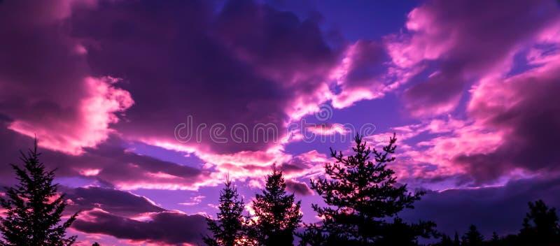 Le coucher du soleil après une tempête de dépassement photos libres de droits