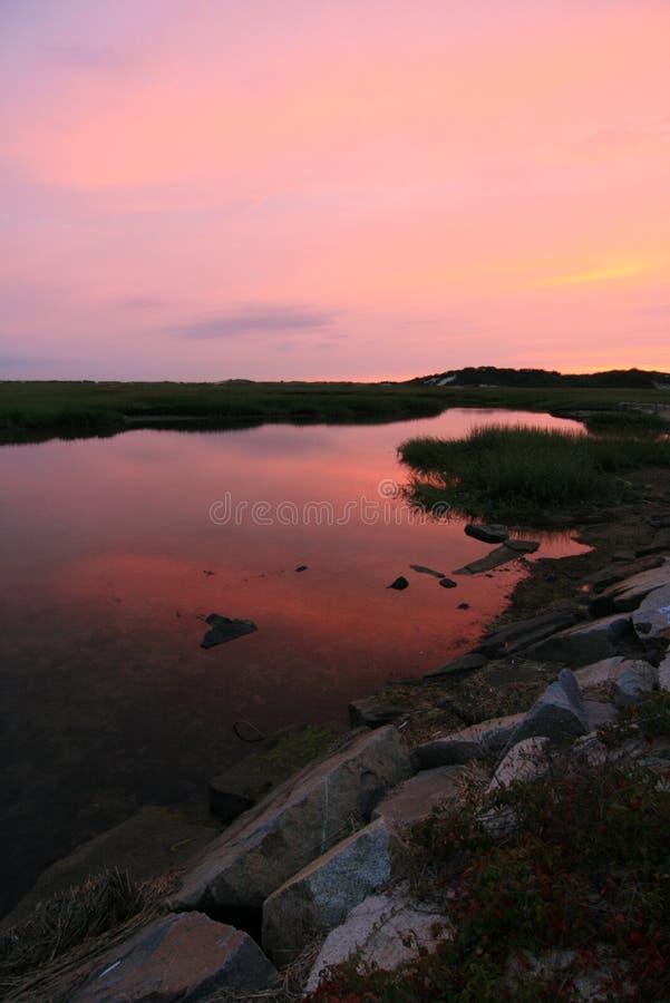 Le coucher du soleil au amarre photographie stock