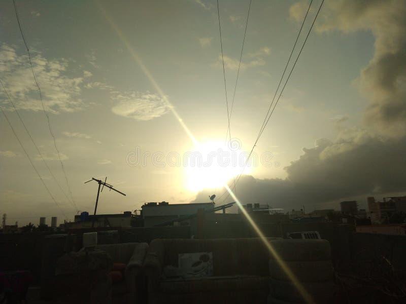 Le coucher du soleil au ciel de soirée opacifie et câble le soleil et la lumière du soleil photo stock